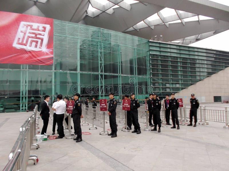 Shenzhen, China: nueva abertura del edificio, los guardias para guardar orden imagenes de archivo