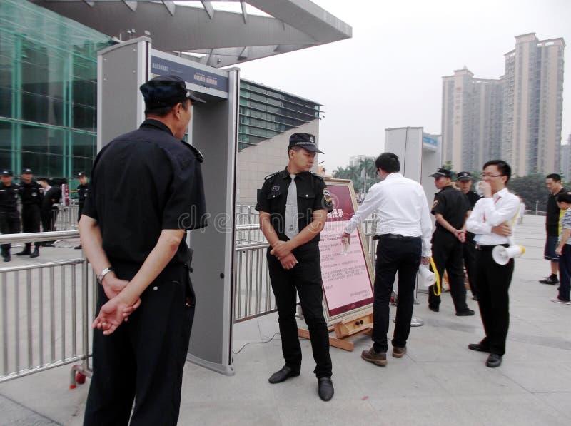 Shenzhen, China: nueva abertura del edificio, los guardias para guardar orden fotografía de archivo libre de regalías