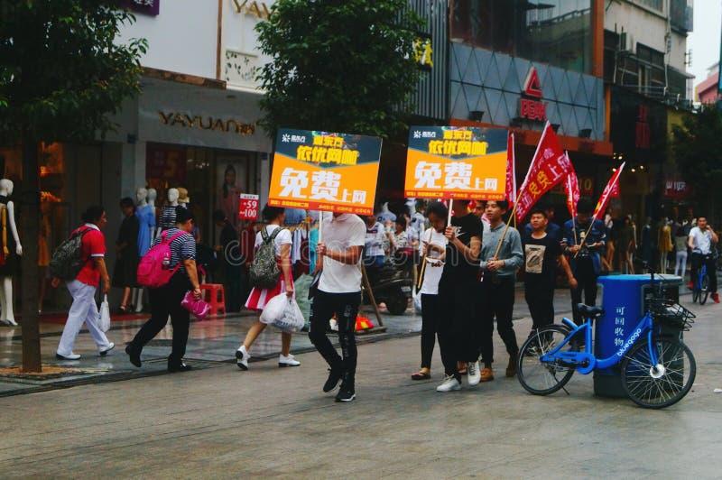 Shenzhen, China: os jovens para aumentar a bandeira da propaganda do Internet, publicidade livram o Internet imagens de stock royalty free