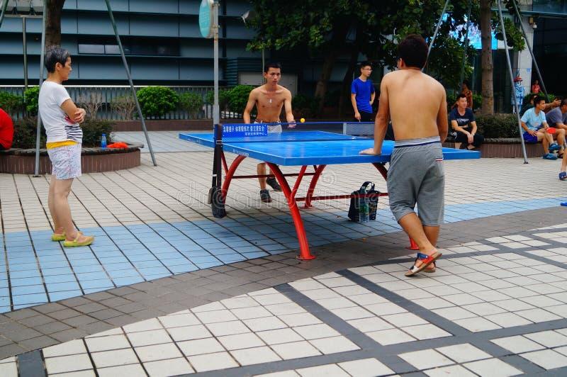 Shenzhen, China: os povos estão jogando o tênis de mesa fotos de stock