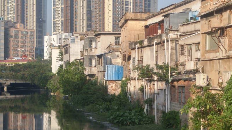 Shenzhen, China: oude gebouwen, naast de Xixiang-Rivier royalty-vrije stock afbeelding