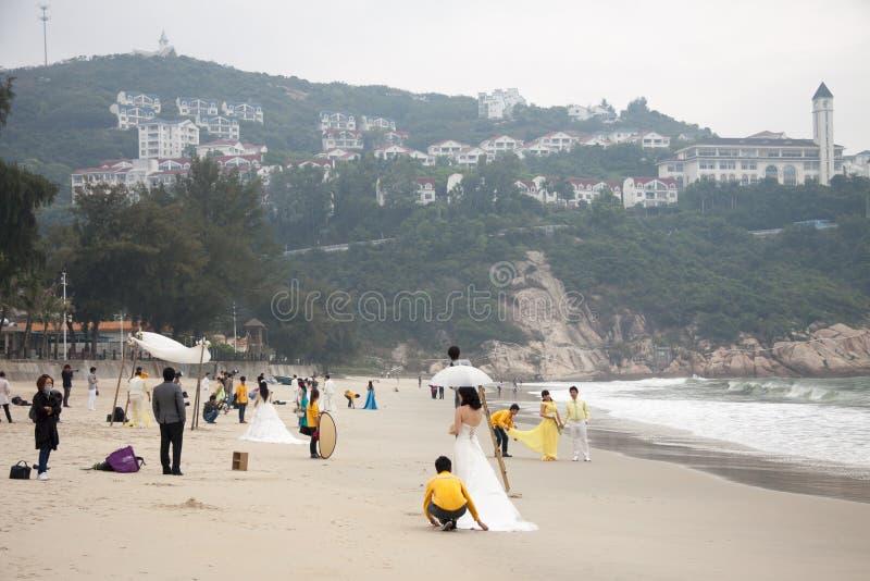 SHENZHEN, CHINA, 2011-11-26: Pares chineses numerosos no casamento fotos de stock royalty free