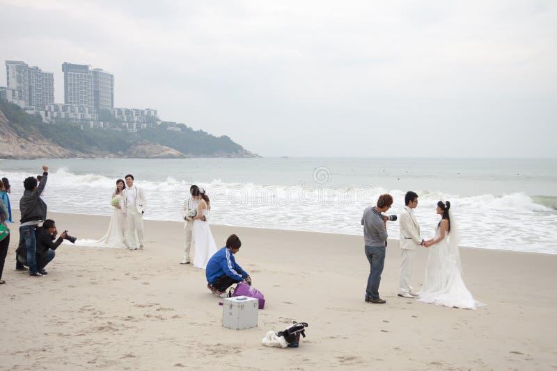 SHENZHEN, CHINA, 2011-11-26: Pares chineses numerosos no casamento foto de stock royalty free