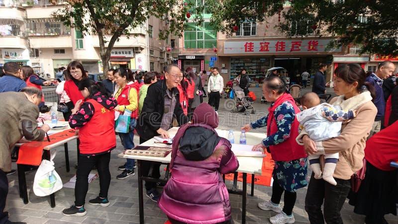 Shenzhen, China: quadros superiores aposentados escrevam engates gratuitos no Festival da primavera para residentes em uma comuni fotos de stock