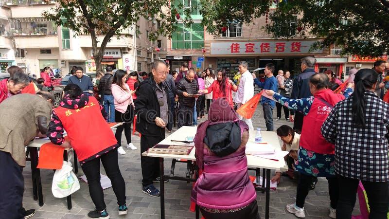 Shenzhen, China: quadros superiores aposentados escrevam engates gratuitos no Festival da primavera para residentes em uma comuni imagens de stock