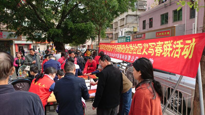 Shenzhen, China: quadros superiores aposentados escrevam engates gratuitos no Festival da primavera para residentes em uma comuni imagens de stock royalty free
