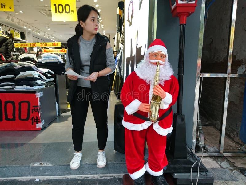 Shenzhen, China: Santa Claus delante de una tienda de ropa imagen de archivo libre de regalías