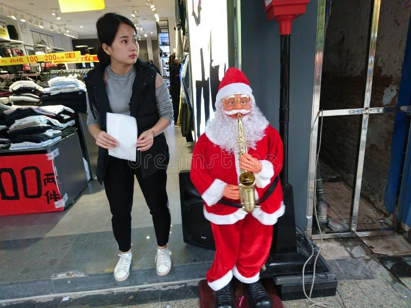 Shenzhen, China: Santa Claus delante de una tienda de ropa imagen de archivo