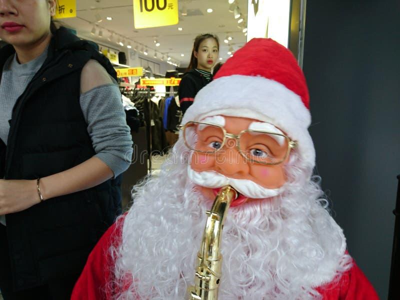 Shenzhen, China: Santa Claus delante de una tienda de ropa fotos de archivo libres de regalías