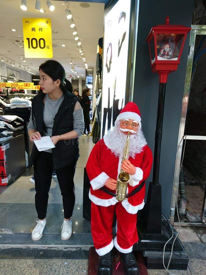 Shenzhen, China: Santa Claus delante de una tienda de ropa foto de archivo