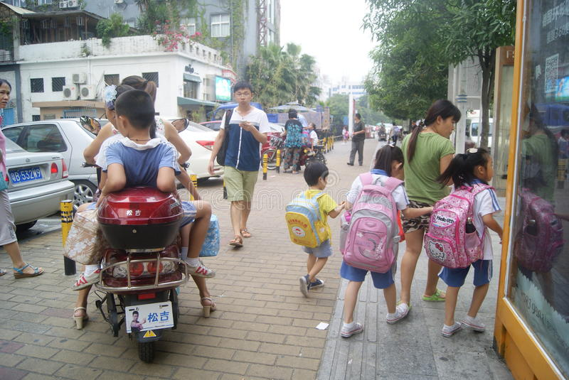 Shenzhen, China: school buses to send students to go home stock images