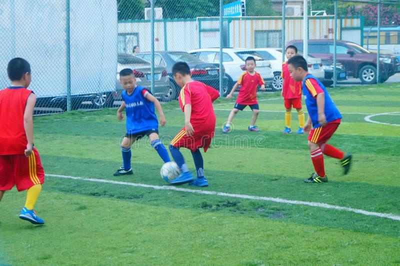 Shenzhen, China: am Sonntag bilden Kinder aus, um Fußball zu spielen stockfoto