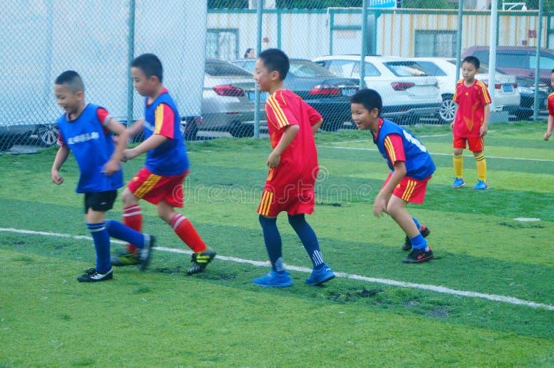 Shenzhen, China: am Sonntag bilden Kinder aus, um Fußball zu spielen stockfotografie