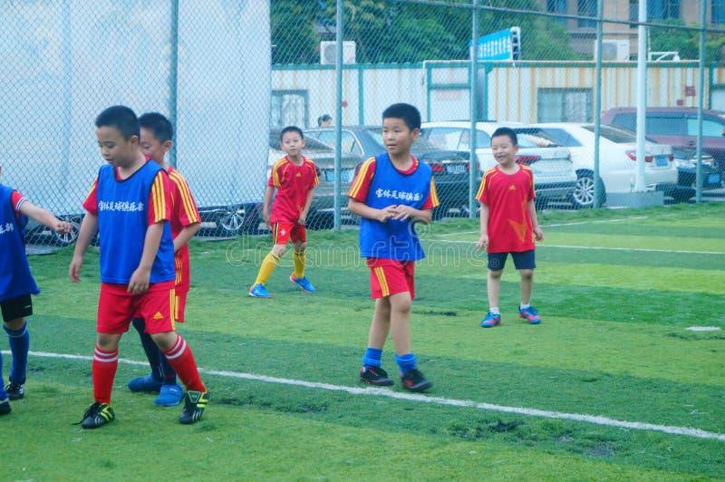 Shenzhen, China: am Sonntag bilden Kinder aus, um Fußball zu spielen stockbild