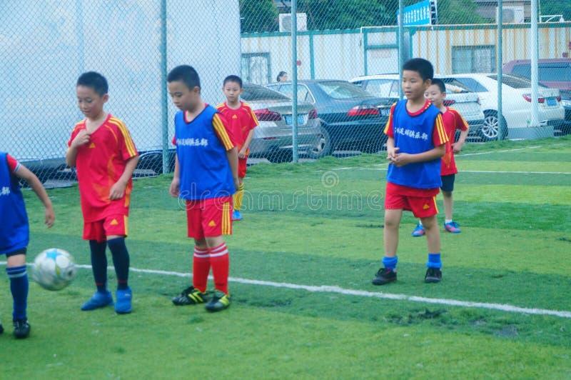 Shenzhen, China: am Sonntag bilden Kinder aus, um Fußball zu spielen lizenzfreies stockbild
