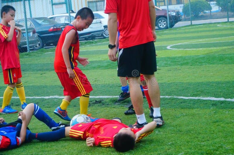 Shenzhen, China: am Sonntag bilden Kinder aus, um Fußball zu spielen stockbilder