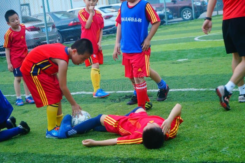 Shenzhen, China: am Sonntag bilden Kinder aus, um Fußball zu spielen stockfotos