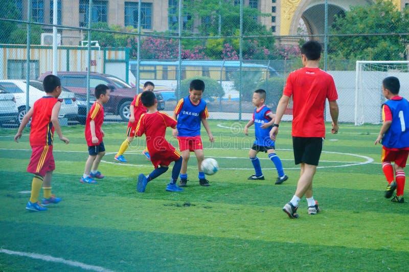 Shenzhen, China: am Sonntag bilden Kinder aus, um Fußball zu spielen lizenzfreies stockfoto