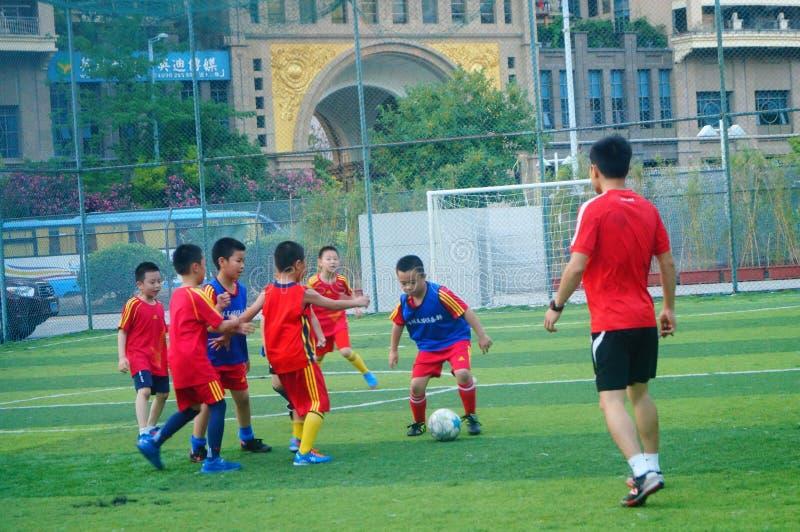 Shenzhen, China: am Sonntag bilden Kinder aus, um Fußball zu spielen lizenzfreie stockbilder