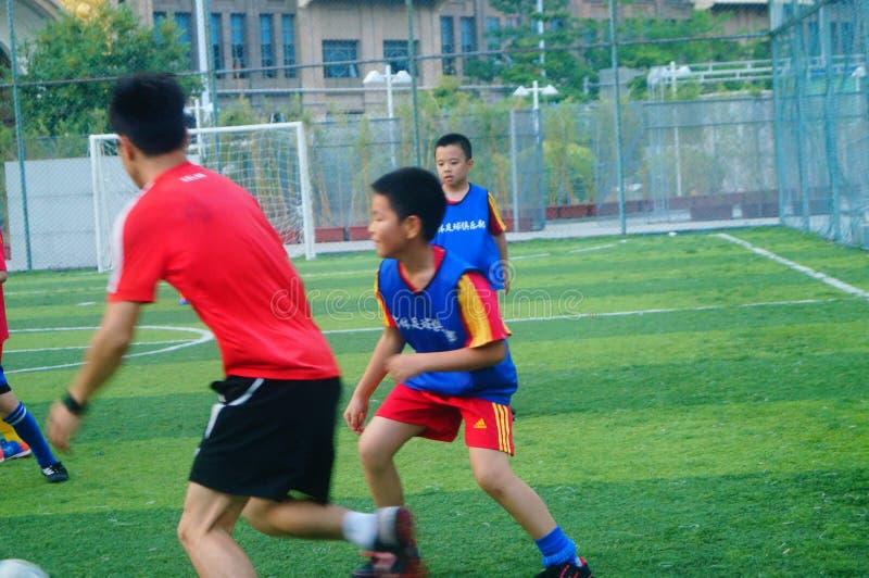 Shenzhen, China: am Sonntag bilden Kinder aus, um Fußball zu spielen lizenzfreie stockfotos