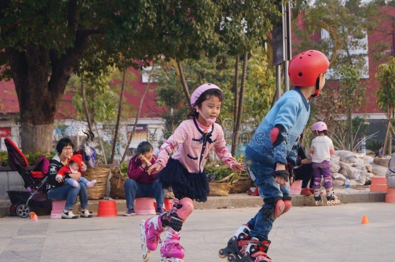 Shenzhen, China: speelkatrolkinderen stock afbeelding