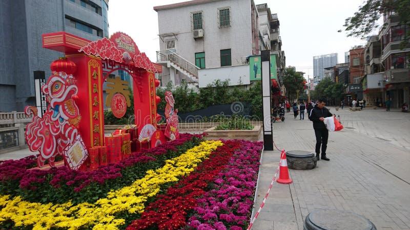 Shenzhen, China: Straßenblumen und farbenfrohe Lichter schmücken die festliche Atmosphäre, während das Frühlingsfestival näher rü stockfotos