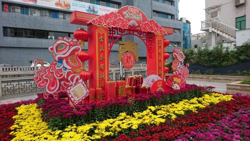 Shenzhen, China: Straßenblumen und farbenfrohe Lichter schmücken die festliche Atmosphäre, während das Frühlingsfestival näher rü stockfotografie