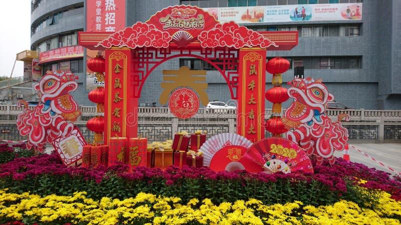 Shenzhen, China: Straßenblumen und farbenfrohe Lichter schmücken die festliche Atmosphäre, während das Frühlingsfestival näher rü lizenzfreie stockbilder