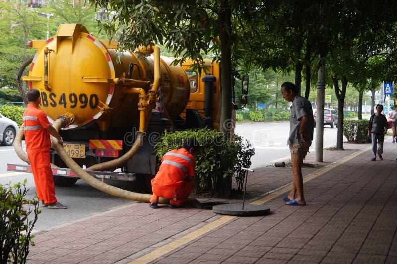Shenzhen, China: trabajadores del saneamiento para limpiar las alcantarillas fotografía de archivo