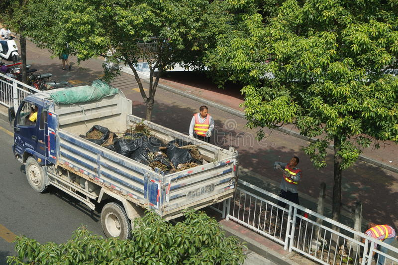 Shenzhen, China: trabalhadores do saneamento em esclarecer os desperdícios imagem de stock royalty free