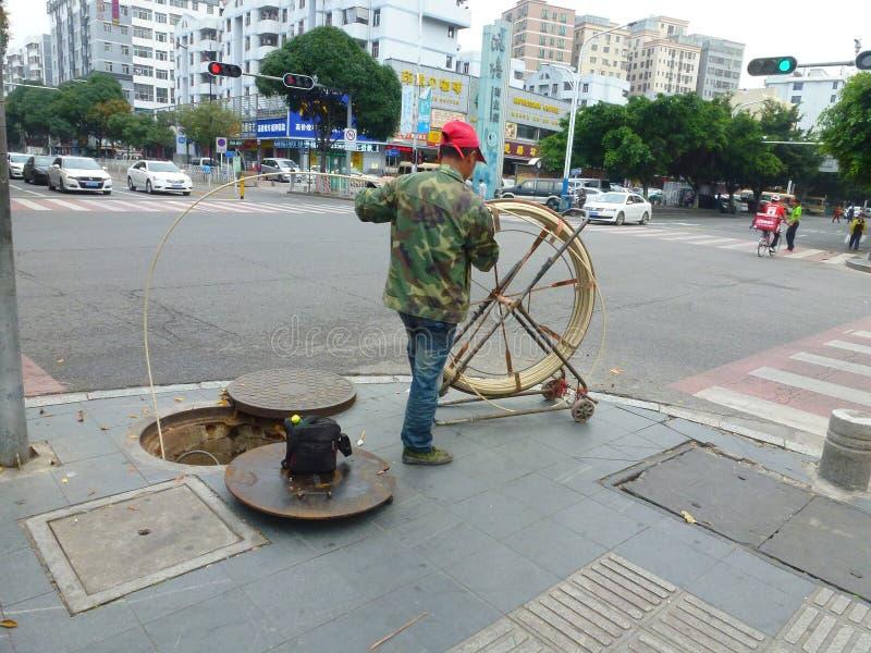 Shenzhen, China: trabalhadores do saneamento para cancelar o esgoto fotografia de stock royalty free