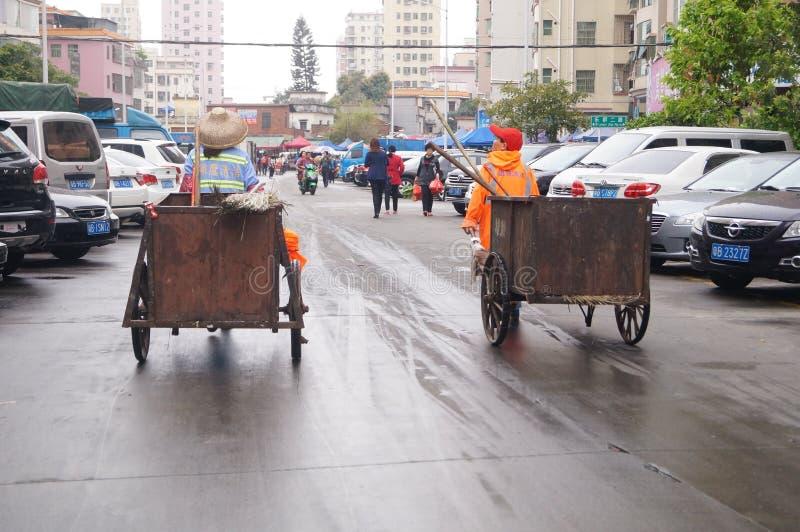 Shenzhen, China: trabalhadores do saneamento que transportam o caminhão de lixo fotografia de stock royalty free