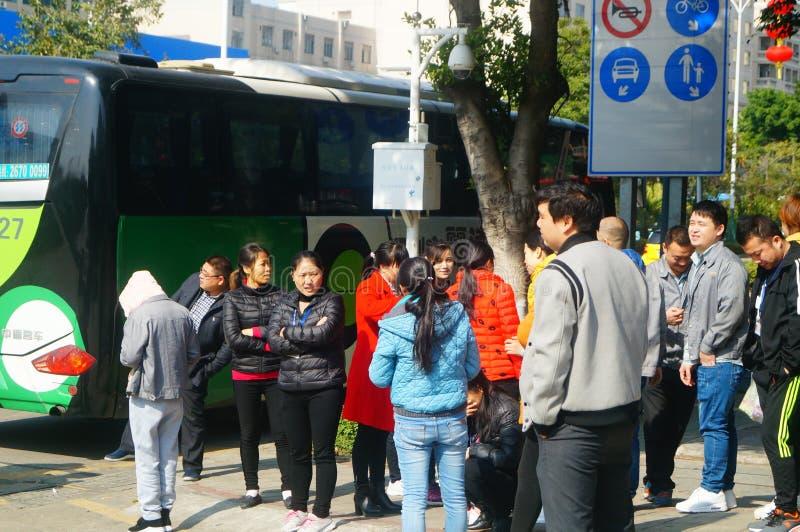 Shenzhen, China: um grupo dos trabalhadores masculinos e fêmeas que preparam-se para exames médicos completos ocupacionais na por fotos de stock royalty free