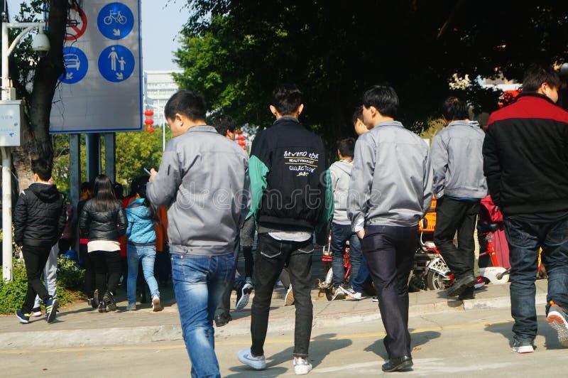 Shenzhen, China: um grupo dos trabalhadores masculinos e fêmeas que preparam-se para exames médicos completos ocupacionais na por imagens de stock royalty free