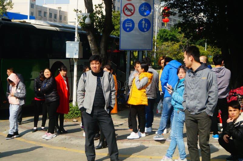 Shenzhen, China: um grupo dos trabalhadores masculinos e fêmeas que preparam-se para exames médicos completos ocupacionais na por imagem de stock