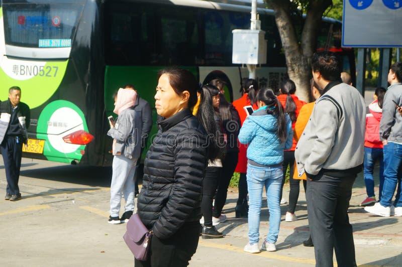 Shenzhen, China: um grupo dos trabalhadores masculinos e fêmeas que preparam-se para exames médicos completos ocupacionais na por foto de stock royalty free