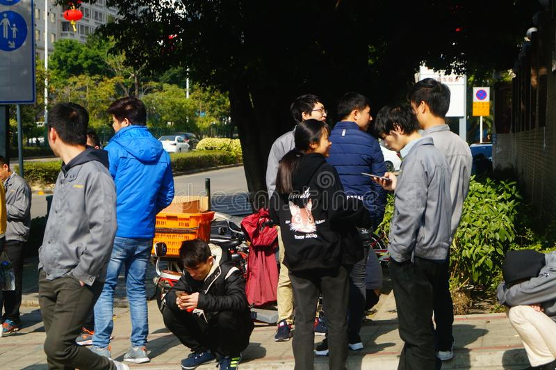 Shenzhen, China: um grupo dos trabalhadores masculinos e fêmeas que preparam-se para exames médicos completos ocupacionais na por foto de stock