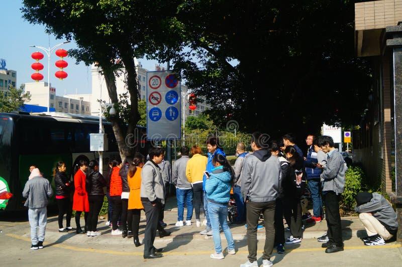 Shenzhen, China: um grupo dos trabalhadores masculinos e fêmeas que preparam-se para exames médicos completos ocupacionais na por fotos de stock