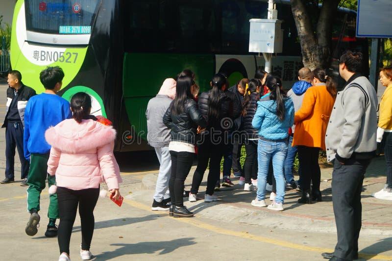 Shenzhen, China: um grupo dos trabalhadores masculinos e fêmeas que preparam-se para exames médicos completos ocupacionais na por imagens de stock