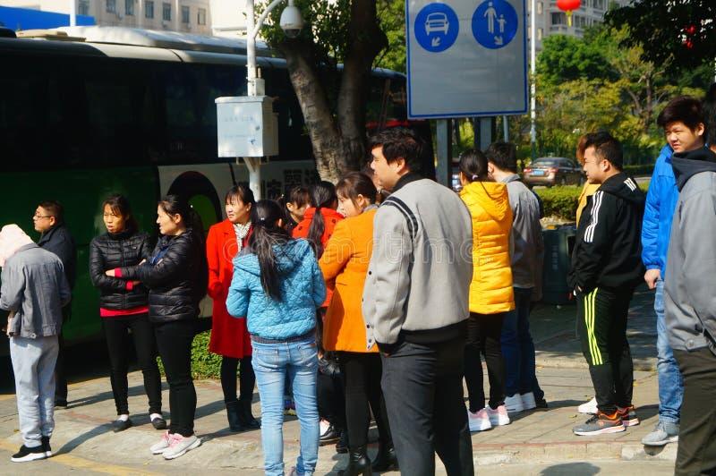 Shenzhen, China: um grupo dos trabalhadores masculinos e fêmeas que preparam-se para exames médicos completos ocupacionais na por fotografia de stock royalty free
