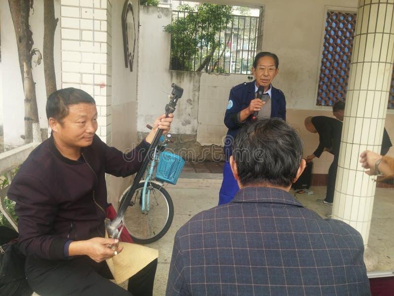 Shenzhen, China: Velhos amigos que cantam Henan Opera, lazer e entretenimento fotografia de stock