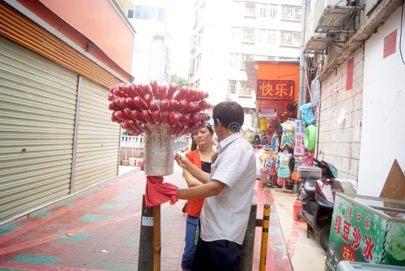 Shenzhen, China: verkoop knapperig met een suikerlaagje bedekt fruit op een stok stock fotografie