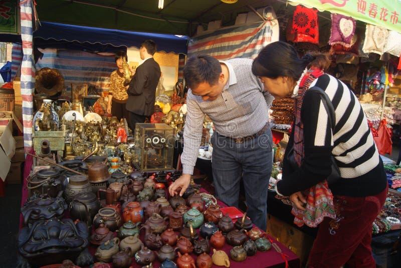 Shenzhen, China: verkopend antiquiteiten en porselein stock afbeelding