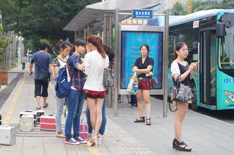 Shenzhen, China: Warten Auf Den Bus Redaktionelles