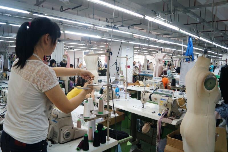 Shenzhen, Chine : atelier d'usine de vêtement photographie stock