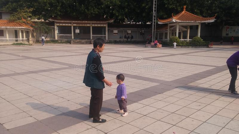 Shenzhen, Chine : Les jeunes mères ou grands-mères jouent dehors avec leurs enfants photo stock