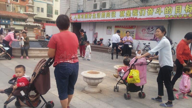 Shenzhen, Chine : Les jeunes mères ou grands-mères jouent dehors avec leurs enfants photos libres de droits