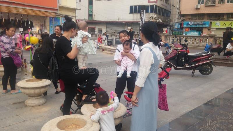Shenzhen, Chine : Les jeunes mères ou grands-mères jouent dehors avec leurs enfants image libre de droits