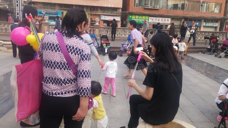 Shenzhen, Chine : Les jeunes mères ou grands-mères jouent dehors avec leurs enfants photo libre de droits