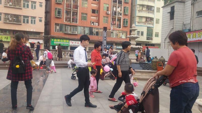 Shenzhen, Chine : Les jeunes mères ou grands-mères jouent dehors avec leurs enfants photographie stock